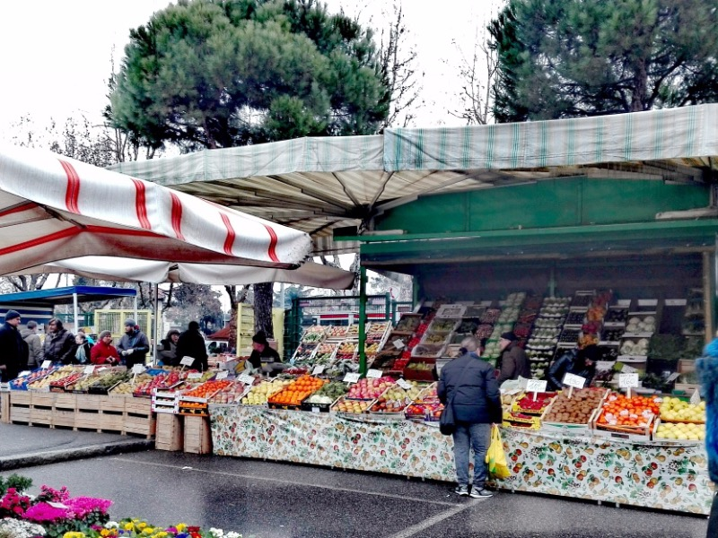 Svolgimento mercato-generi alimentari